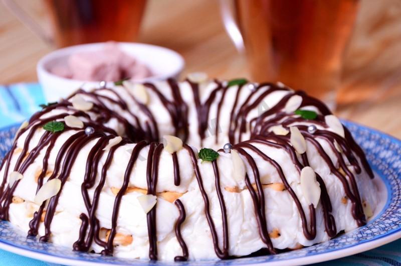Торт из крекера и сметаны на скорую руку без выпечки