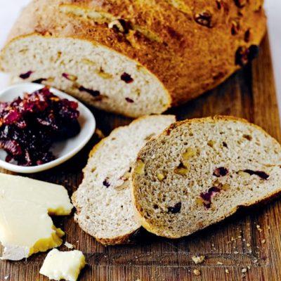 Хлеб с клюквой, грецкими орехами и розмарином
