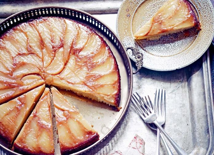 Зимний пирог с имбирными грушами и миндалем