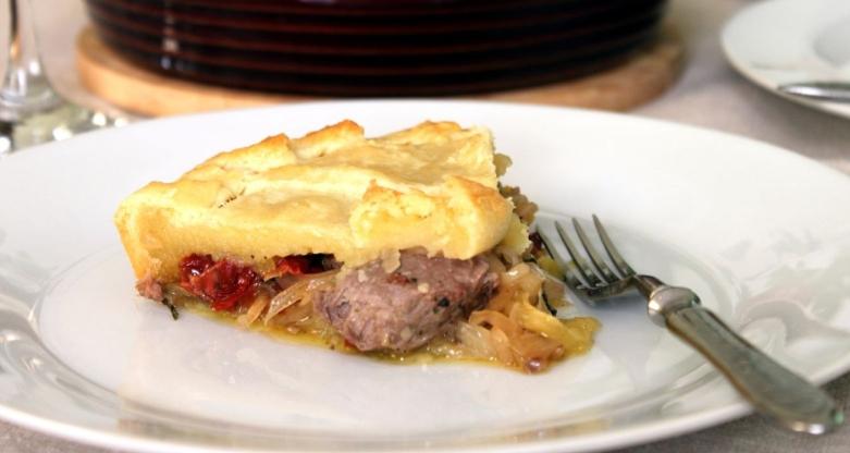 Пирог с говядиной и вялеными томатами