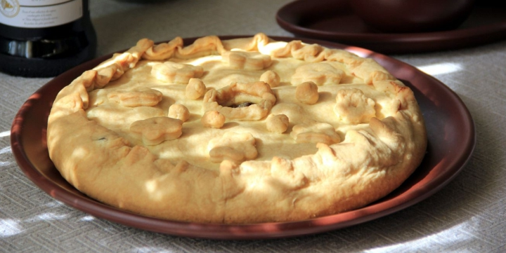 Пирог с гусиными потрошками и соусом из сморчков