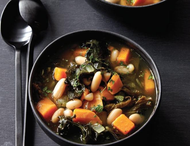 Суп из капусты кале и белой фасоли