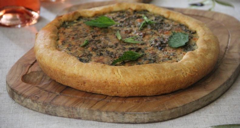 Весенний деревенский пирог с крапивой и козьим сыром