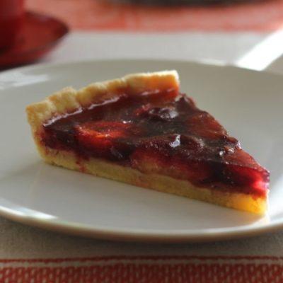 Пирог со сливами и желе из красного вина