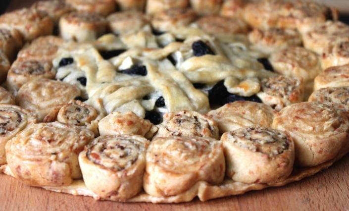 Сырный пирог с грецкими орехами и изюмом