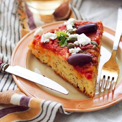 Греческий пирог-перевертыш с томатами и перцем