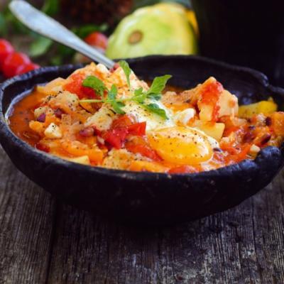 Овощной суп с хлебом и яйцом