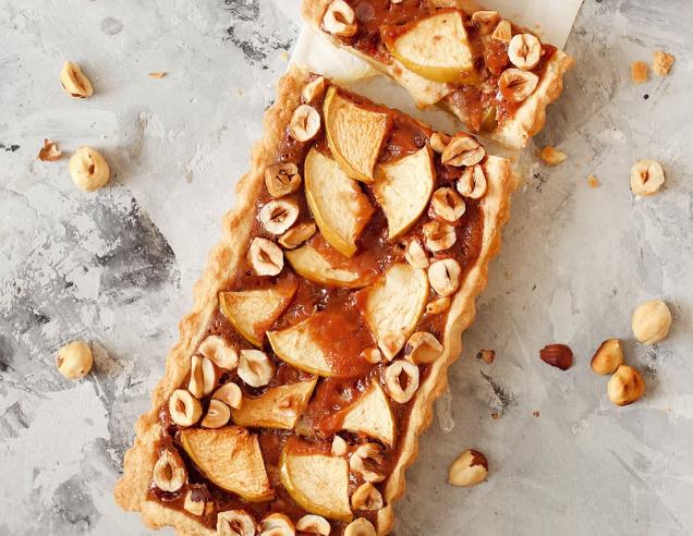 Яблочный пирог с карамелью и орехами