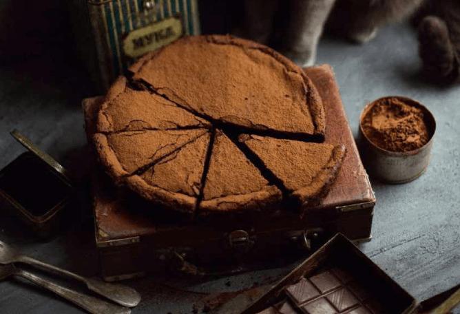 Простой шоколадный торт с ломкой корочкой