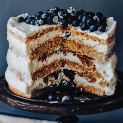 Гречневый торт с черносливом, грушей и сметанным кремом