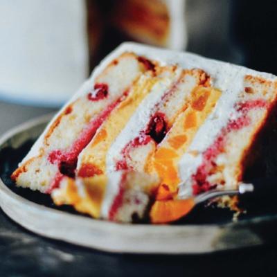 Торт с персиком, манго и малиной