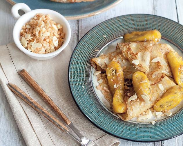 Оладьи с кленовым сиропом и бананом