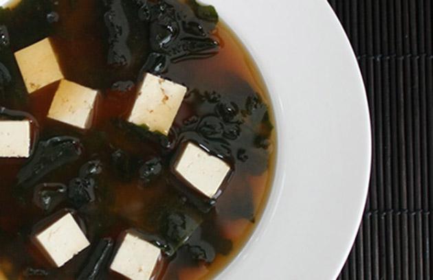Прозрачный суп с тофу и водорослями вакамэ