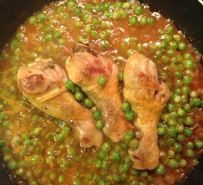 Куриная голень с зеленым горошком