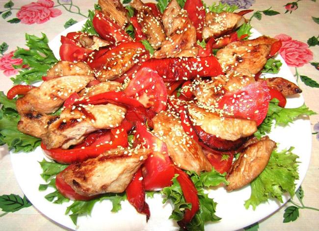 Теплый салат с курицей и черри