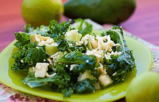 Салат из кейла с авокадо и моцареллой