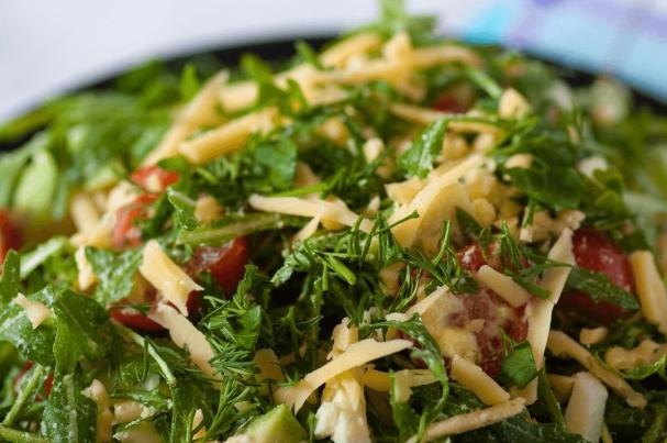 Простой салат со сметанно-горчичным соусом