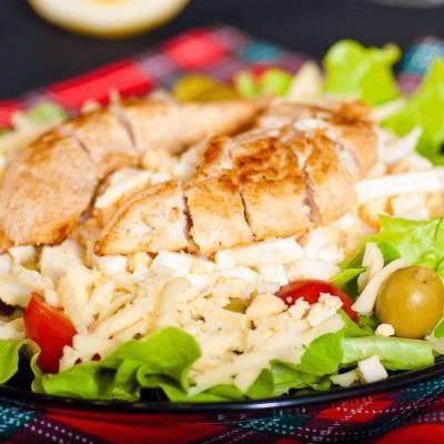 Салат «Цезарь» с оливками, курицей и яйцом