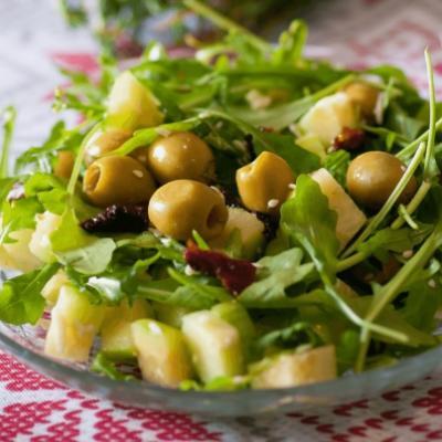 Салат из рукколы, радичио, оливок и вяленых томатов