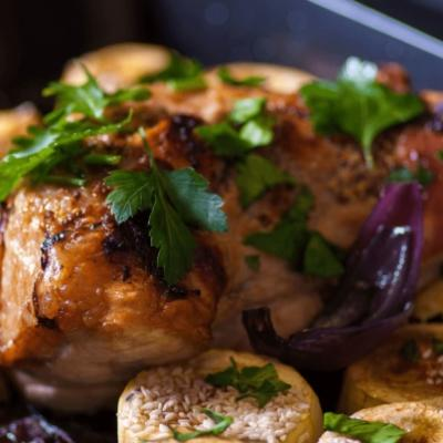 Запеченный в духовке свиной окорок с овощами